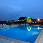 camping-lecormoran-piscine-exterieure-nuit