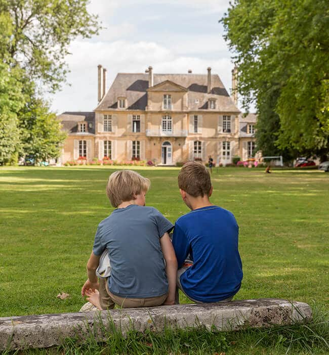 Chateau de Martragny 01 - deux enfants devant château