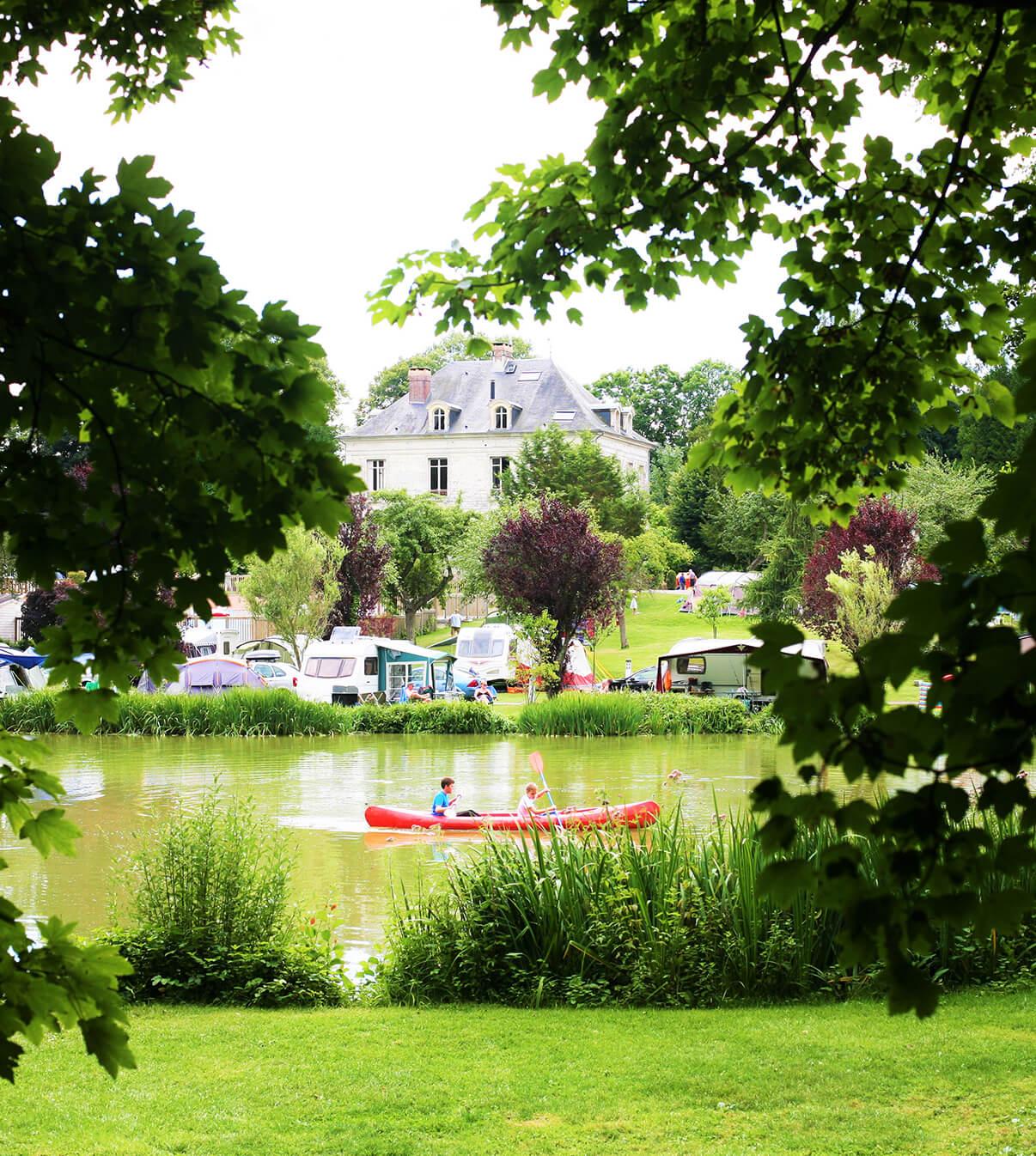 Camping 4 étoiles en Normandie - Emplacements en bord d'étang