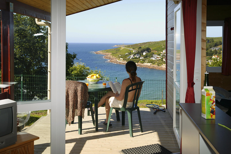 Camping l'Anse du Brick - Chalet avec vue sur la mer