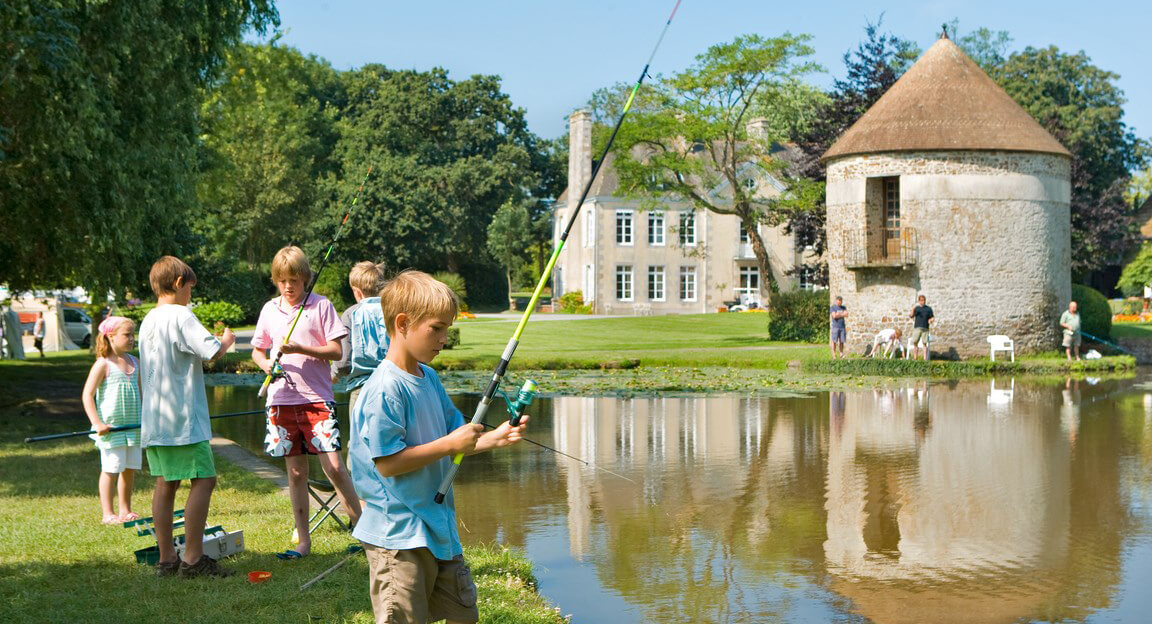 Chateau Lez Eaux 03 - Pêche dans le lac